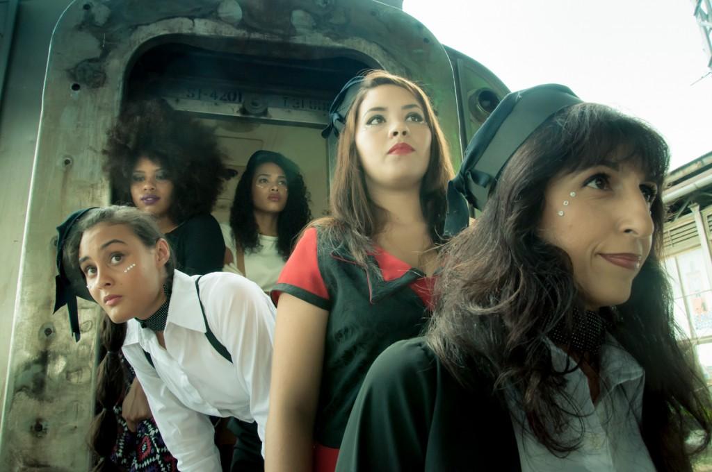 Modelos esperam no vagão da Estação Cultura para apresentarem na passarela os looks inspirados no cinema nacional     Fotos: Martinho Caires