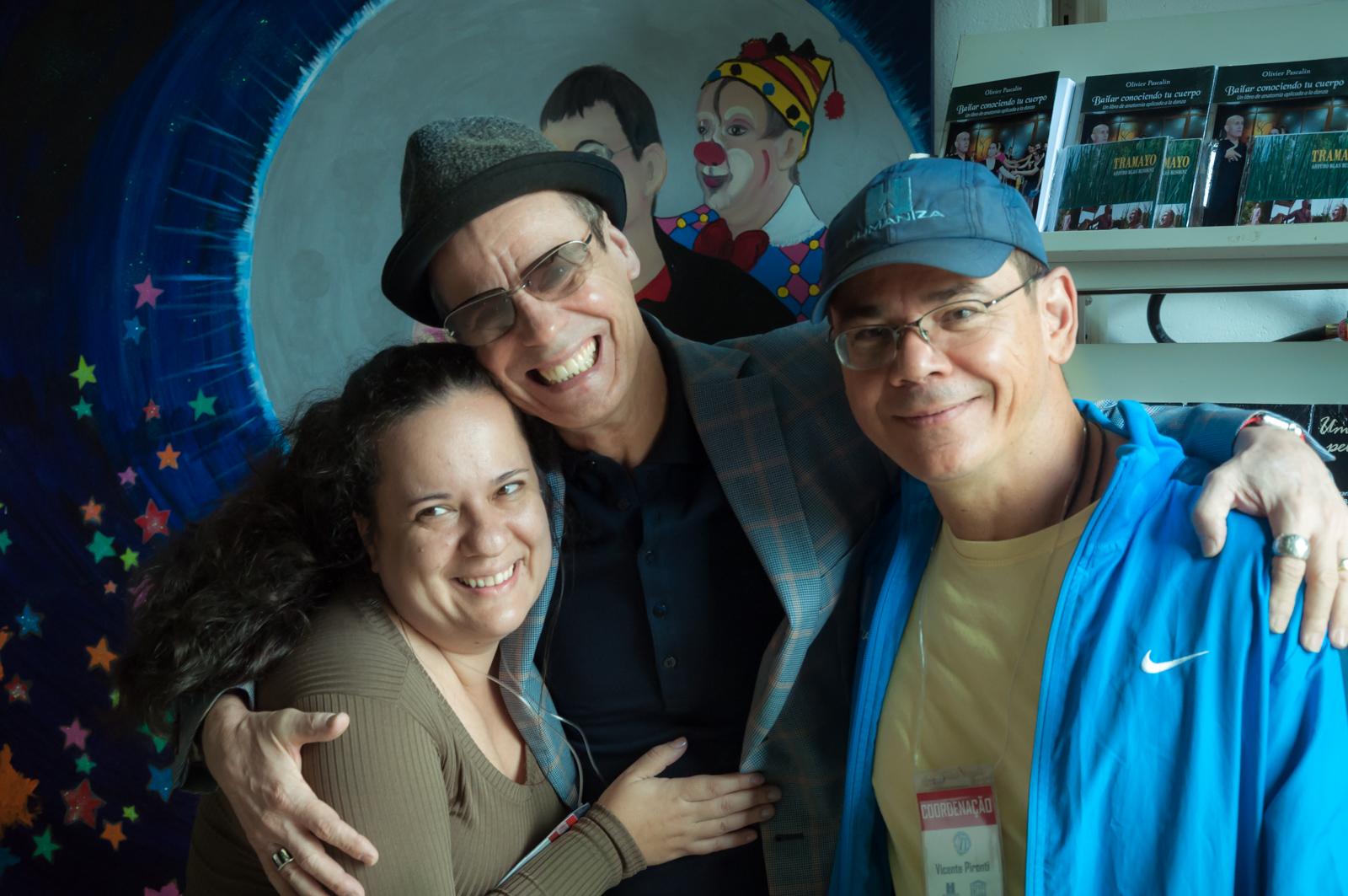 Keyla Ferrari e Vicente Pironti, coordenadores do Congresso, com o bailarino Carlinhos de Jesus, que desde 1989 trabalha com dança inclusiva  Foto: Martinho Caires