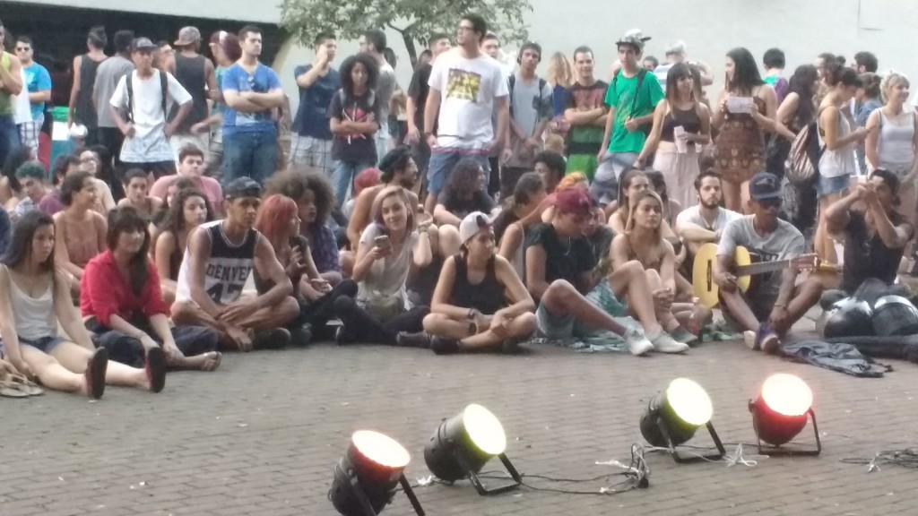 Em pé ou sentados no chão da praça, os jovens dão o seu recado (Foto José Pedro Martins)