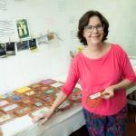 Pama Loiola em seu ateliê recheado de memórias e desejo do novo (Foto Martinho Caires)