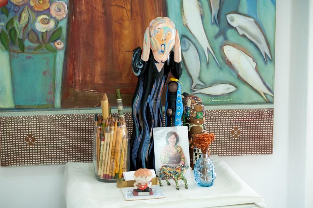 """Algumas das peças que a artista colecionou em suas viagens, como um """"Grito"""" e um """"Beijo"""" (Foto Martinho Caires)"""