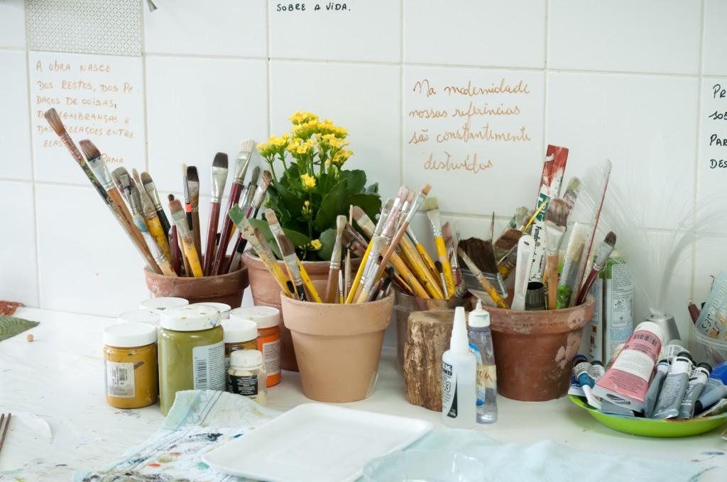 Tintas, pinceis, frases: companhias da artista (Foto Martinho Caires)
