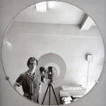 A babá anônima Vivian Maier fotografava crianças, mulheres, bêbados, nobres e centenas de autorretratos    Foto: Autorretrato de Vivian Maier