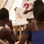 Mulheres participam de uma sessão de sensibilização sobre a transmissão do HIV na clínica móvel MSF no bairro de Sangoyah Market, Conakry, Guiné em 17 de março de 2016 (Foto MSF)