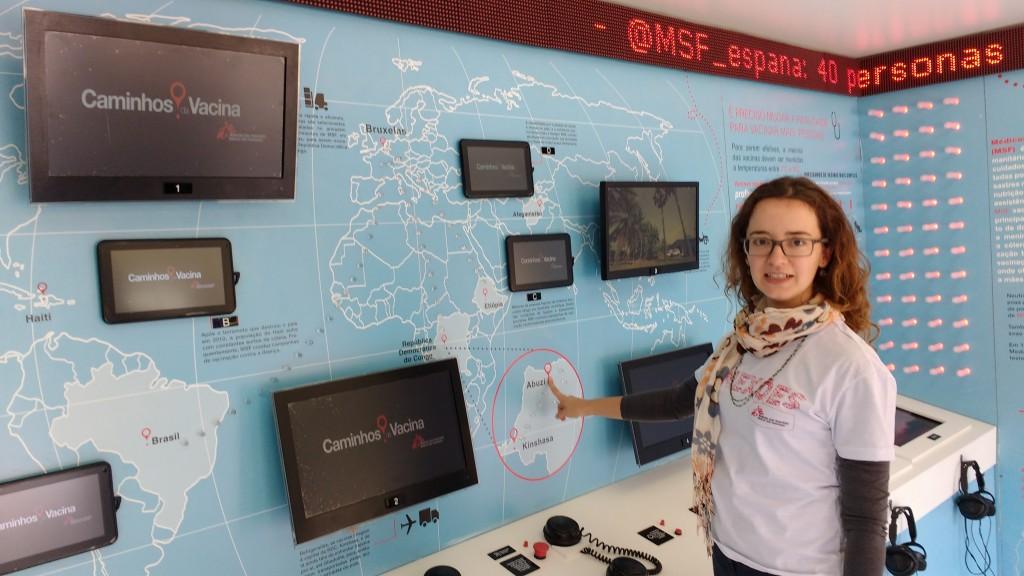 Ana Cecília Moraes e a exposição Caminhos da Vacina, no Taquaral, em Campinas (Foto José Pedro Martins)
