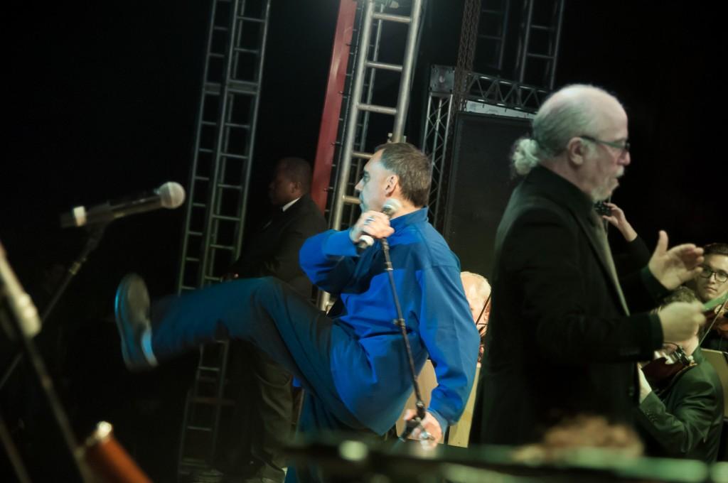 A performance de Arnaldo Antunes no palco não deixa dúvidas sobre origens do ex-Titã (Foto Martinho Caires)