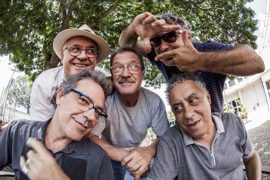 Os fotógrafos do projeto Fotografia de Rua (da esq. para a dir.): Touché (à frente), Carlos Bassan (ao fundo), Nelson Chinalia (centro), Ricardo Lima e Kamá Ribeiro