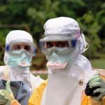 A Dra.Rachel Soeiro (à esquerda) e uma colega, durante o trabalho na epidemia de Ebola na Guiné (Foto Arquivo Pessoal)