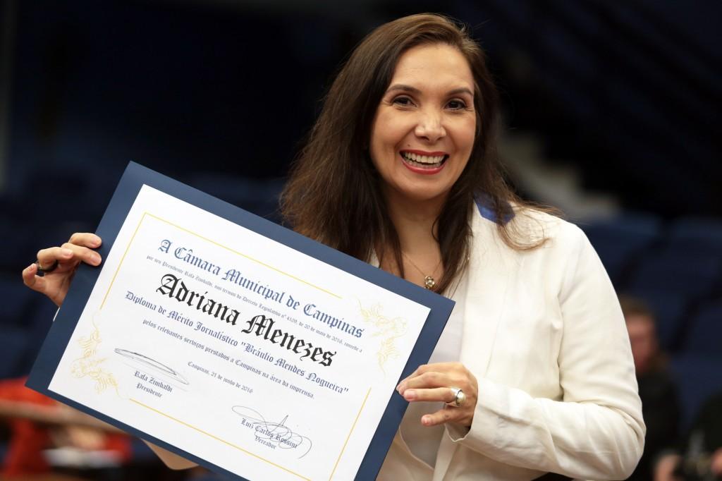 """Adriana e o Diploma de Mérito Jornalístico """"Bráulio Mendes Nogueira"""" (Foto Adriano Rosa)"""
