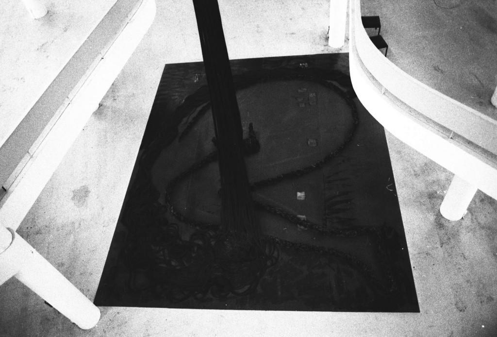 Instalação de Tunga, em pleno vigor criativo no final dos anos 1980 (Foto Adriano Rosa)