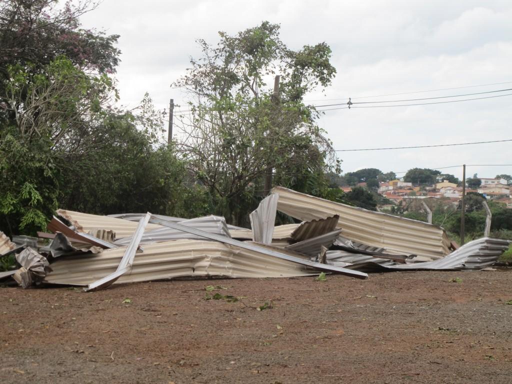 Parte do telhado destruído do Educandário Eurípedes pós-microexplosão (Foto José Pedro Martins)