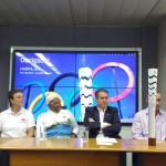 Secretário municipal de esportes de Campinas, Dario Saadi (de pé), faz homenagem a atletas que participarão do revezamento da tocha na cidade (Foto José Pedro Martins)