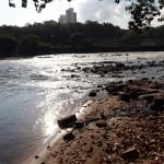 Com estiagem prolongada, começam a aparecer as pedras no rio Piracicaba (Foto Adriano Rosa)