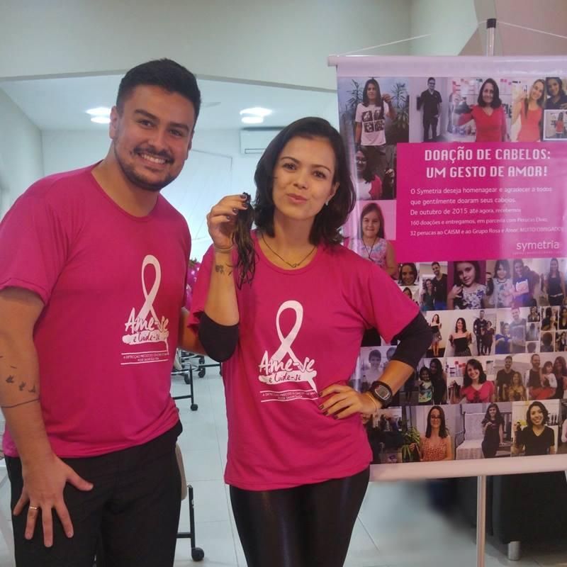 A equipe da Symetria recebe as doações de cabelos naturais que se revertem em perucas doadas à ONG Rosa e Amor; camisetas para a caminhada do dia 16/10 também são adquiridas na Symetria