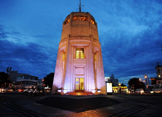 Torre do Castelo iluminada em tons rosa na campanha do ano passado Foto: Carlos Bassan/Site Prefeitura de Campinas