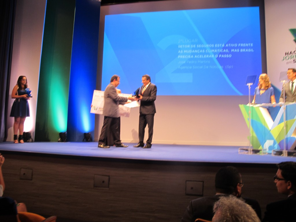 José Pedro Martins, da ASN, recebendo o prêmio na cerimônia no Teatro Maison de France, no Rio de Janeiro (Foto Divulgação)