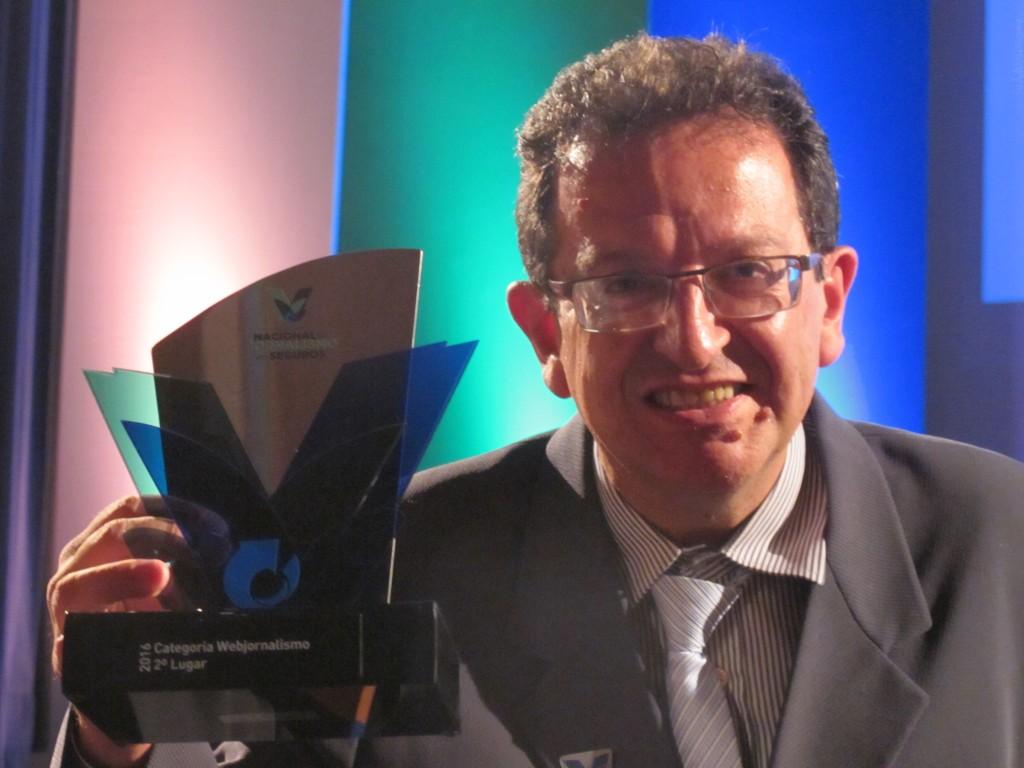 José Pedro Martins e o troféu do Prêmio Nacional de Jornalismo em Seguros (Foto Divulgação)