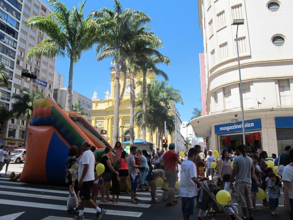 Crianças podiam se divertir com um tobogã (Foto José Pedro Martins)