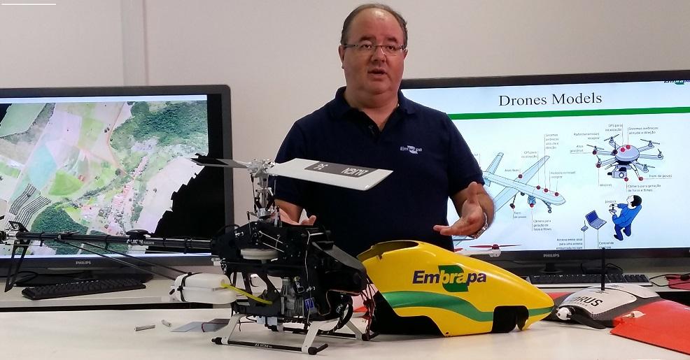 O pesquisador Lúcio André de Castro Jorge coordena o projeto sobre drones mais inteligentes, na Embrapa Instrumentação (Foto Divulgação)