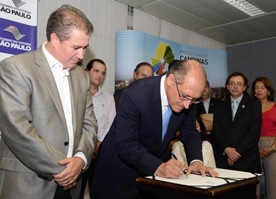 Assinatura do convênio entre Prefeitura de Campinas e governo estadual para construção do teatro, em fevereiro de 2014 (Foto Antônio Oliveira/Prefeitura de Campinas)