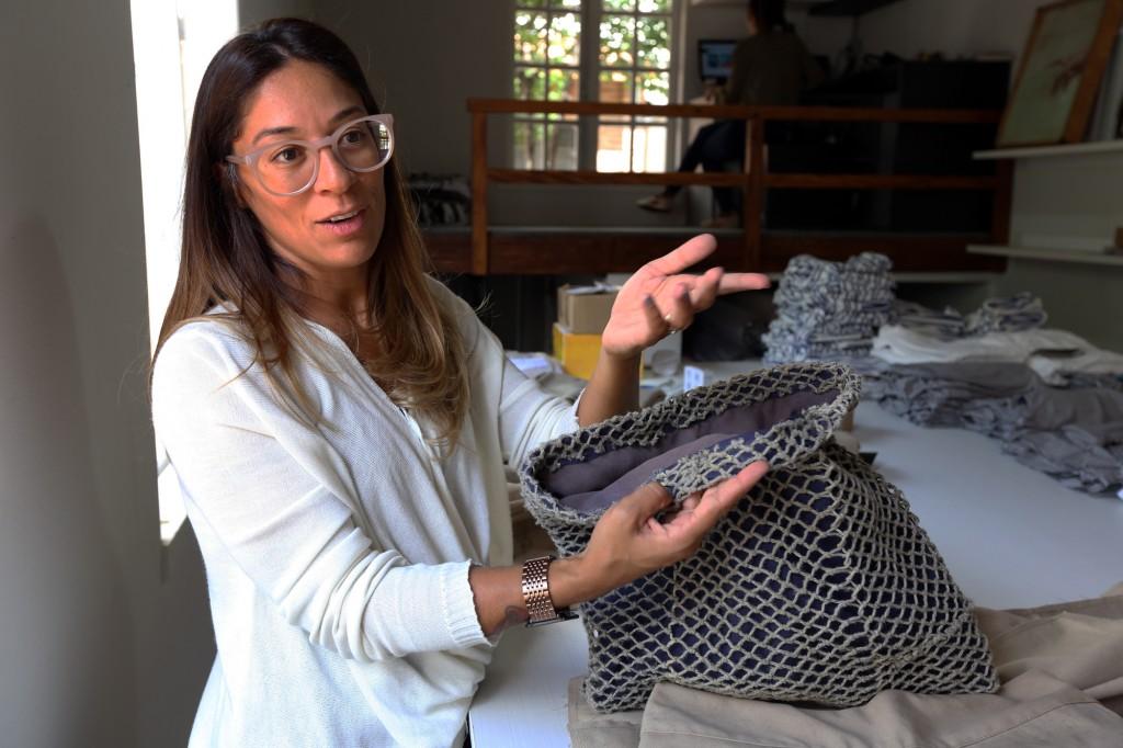A estilista relata os desafios para a execução das bolsas, com a lona mais dura e a rede de pesca (Foto Adriano Rosa)