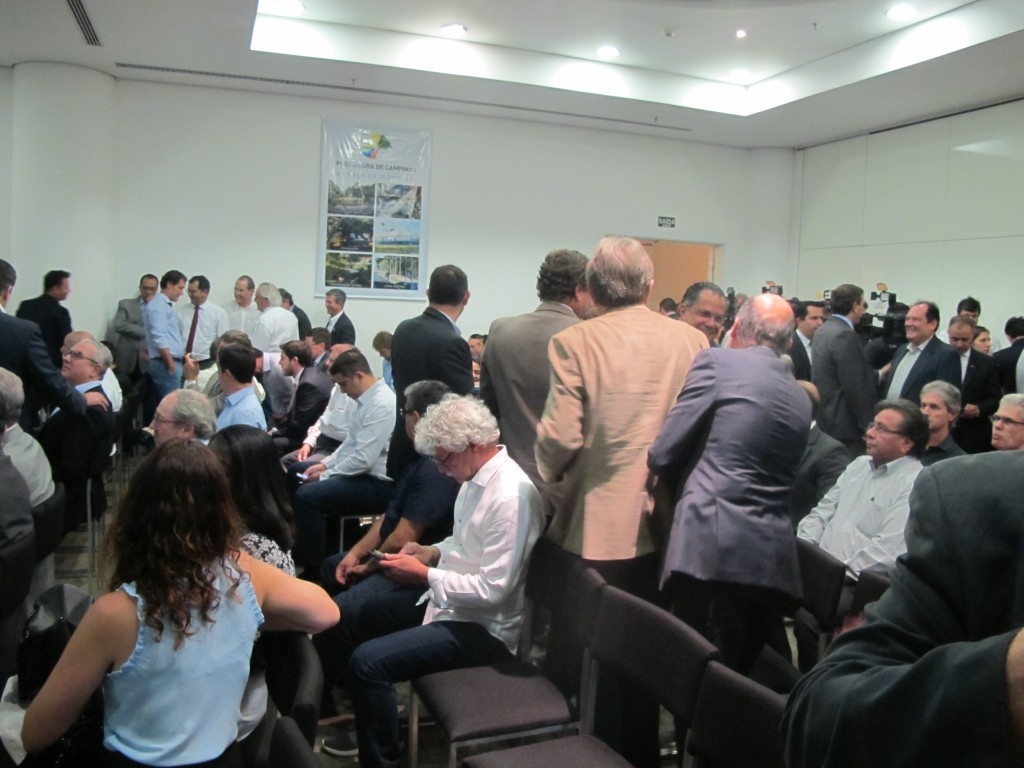 """Intensa movimentação do público: evento também foi uma forma de """"demonstração de força"""" do prefeito, com a presença de 18 vereadores, por exemplo (Foto José Pedro Martins)"""