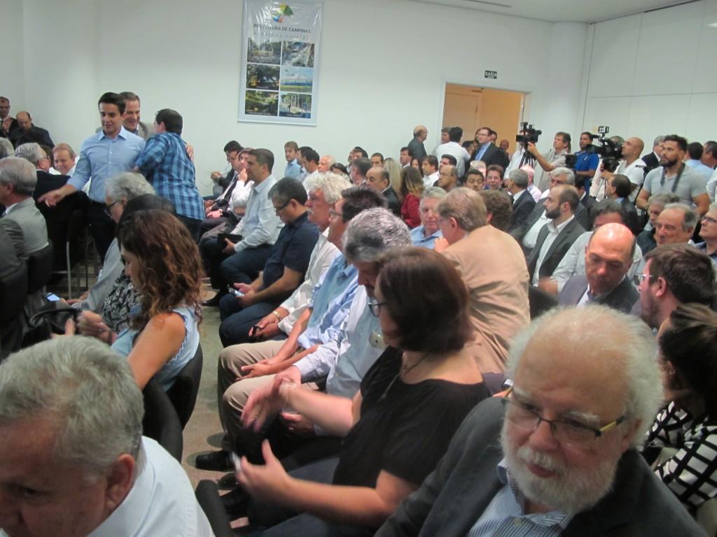 Representantes de vários segmentos da comunidade estiveram presentes na apresentação do prefeito (Foto José Pedro Martins)