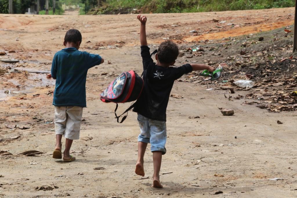Crianças vão para a escola na área rural do Nordeste: futuro da educação em jogo (Foto Adriano Rosa)