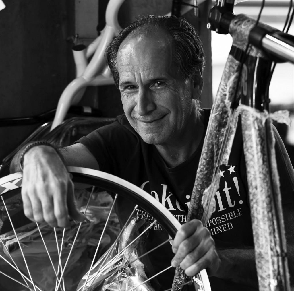 Edson Roberto Lunardi, o Beto da Bicicletaria: O Beto é o proprietário da única bicicletaria da Rua 13 de Maio. Isso desde 1956, quando o pai dele abriu a loja um pouco pra baixo da estação de trens. Está lá até hoje e tem muita história pra contar. Como ele mesmo diz, a sua loja é um ser estranho no meio das outras lojas da 13. Mas muito atual, diante da febre das ciclovias. (Foto Adriano Rosa)