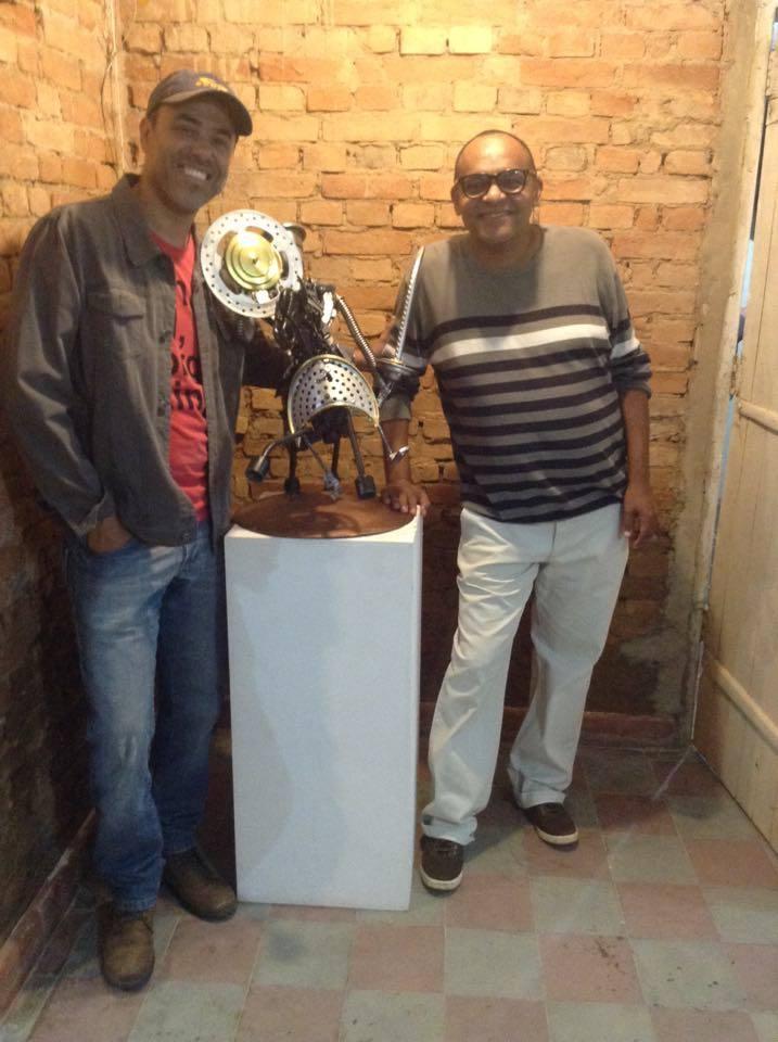 Robinson com o cartunista e artista visual Dálcio Machado, no Ateliê Lisa França (Foto Divulgação)