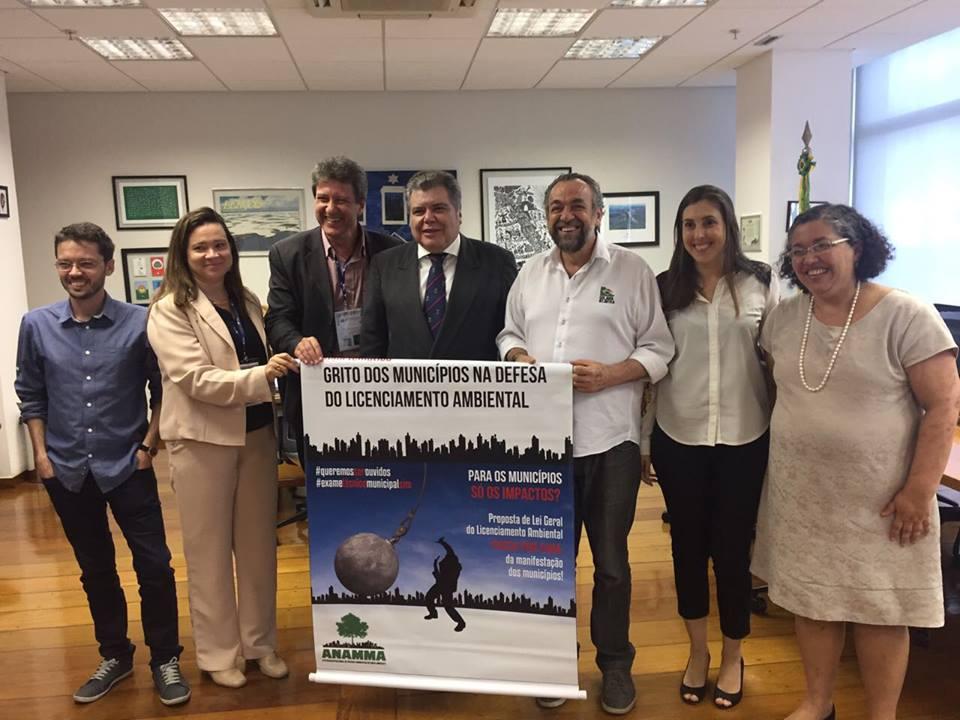 Presidente da ANAMMA, Rogério Menezes, com o ministro José Sarney Filho e representantes de várias organizações que apoiam o licenciamento ambiental municipal, durante o Grito pelo Licenciamento, recentemente, em Brasília (Foto Divulgação)