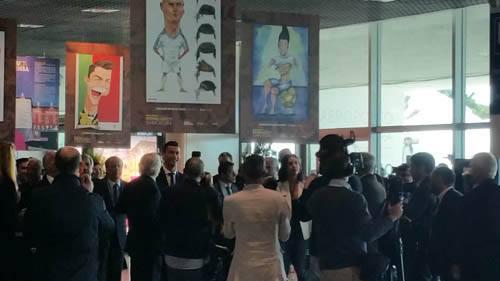 Cristiano Ronaldo na Inauguração do Aeroporto que leva seu nome, na Ilha da Madeira e o banner com a caricatura feita por Synnöve Hilkner logo acima (Fotos Acervo Pessoal Synnöve Hilkner)