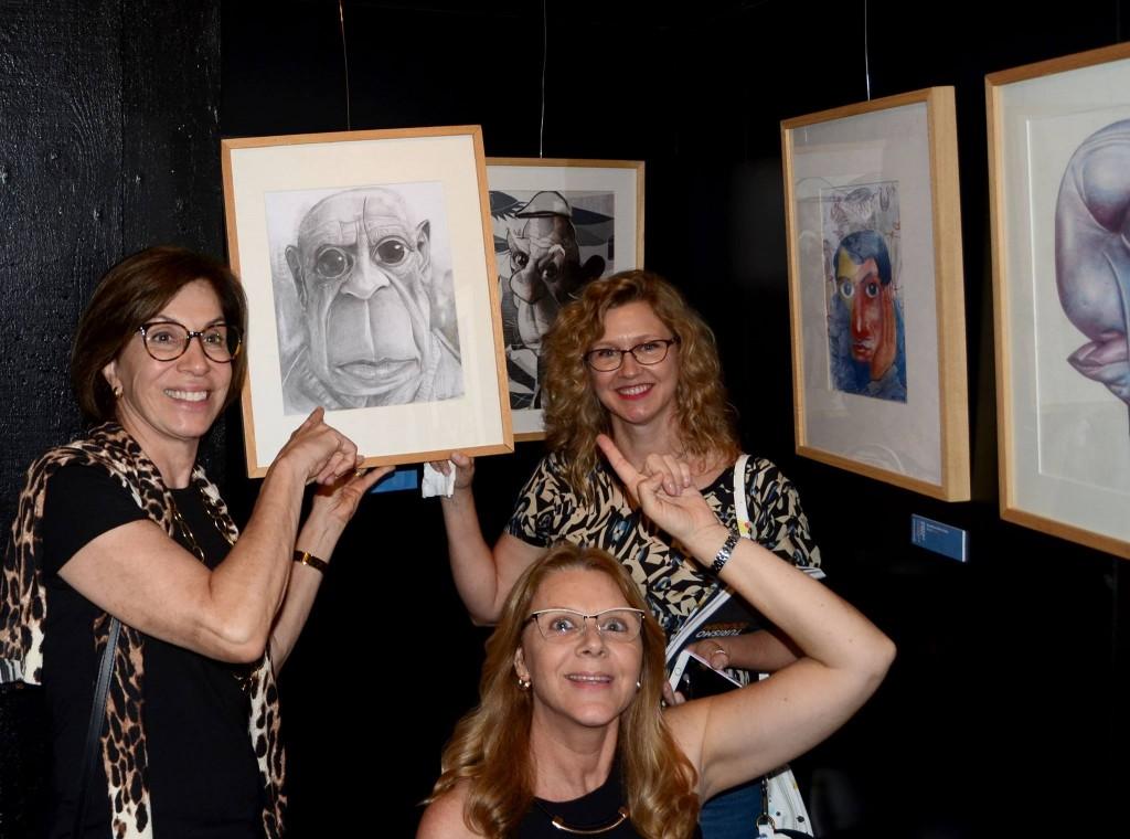 Nale, Synnöve e Rosana, com o trabalho de Robinson José da Silva sobre Pablo Picasso - XVIII PortoCartoon 2017 (Foto Acervo Pessoal Synnöve Hilkner)
