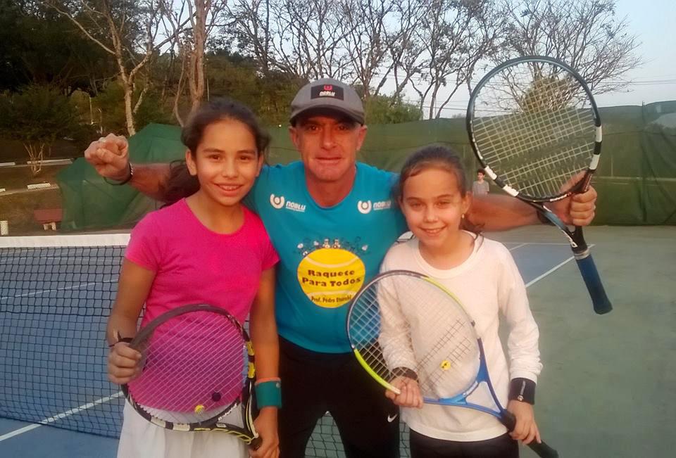 Giovana (à esquerda), Mariana e Pedro Stucchi: meninas participaram da Copa Guga Kuerten 2016 (Foto Divulgação)