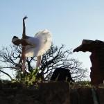 """Bailarina Daniela Steck, ensaiando """"A Morte do Cisne"""", no cenário da Fazenda Atibaia (Foto Valdecir Saraiva da Silva)"""
