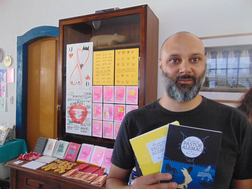O quadrinista Murilo Martins e dois de seus títulos (Foto José Pedro Martins)