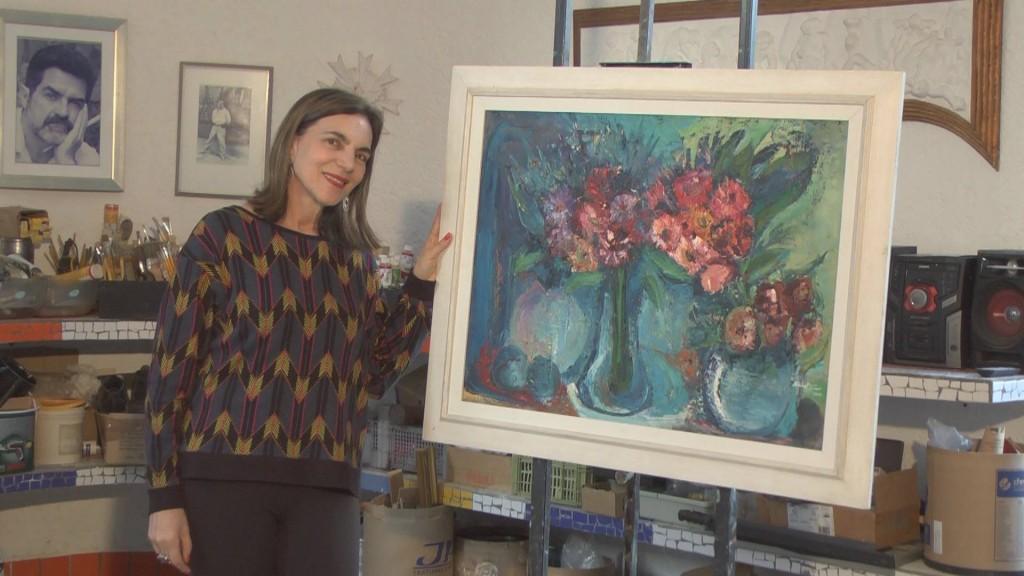 Sandra Pardo Sarro, com uma de suas composições florais especiais (Foto Valdecir Saraiva da Silva)