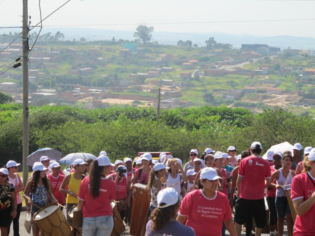Caminhada das Rosas, pelas ruas do Satélite Íris, com participação de alunos e educadores da EE Rosina Frazatto dos Santos (Foto José Pedro Soares Martins)