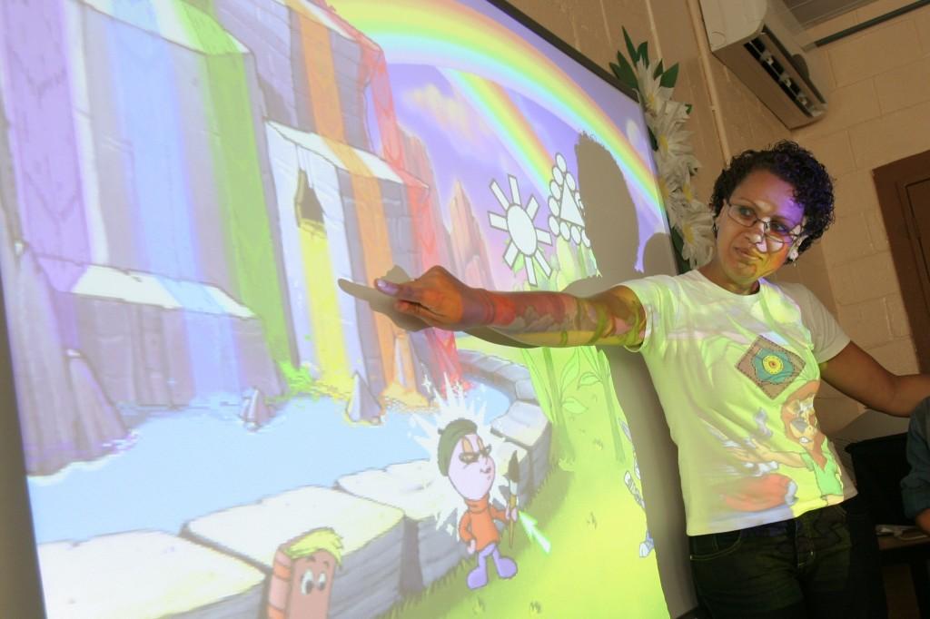 A coordenadora pedagógica Cláudia Ortolan, sempre atenta a novas possibilidades de ensino e aprendizado (Foto Adriano Rosa)