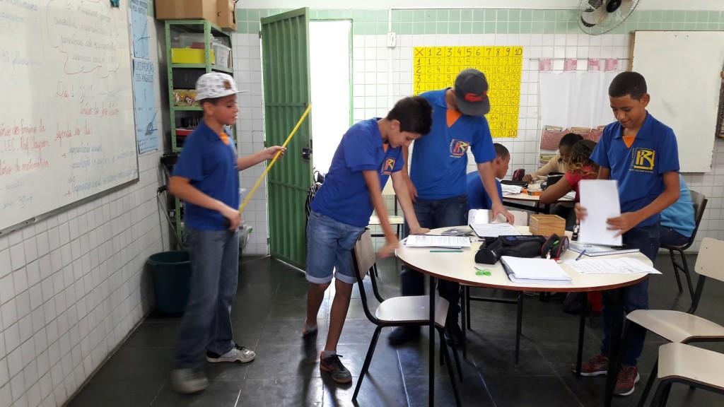 Grupo de alunos da EM Hilton Rocha usando o Laboratório de Ensino de Matemática (Foto Divulgação)