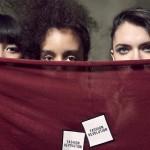 Peça da campanha de Fashion Revolution de 2018 (Crédito Alastair Strong)