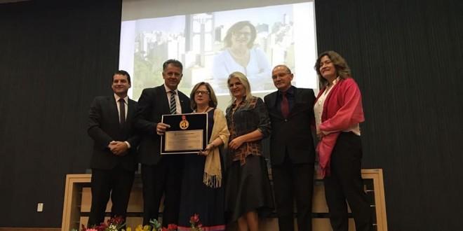Jane Valente recebe Prêmio Nacional Medalha Zilda Arns pelo trabalho com a infância