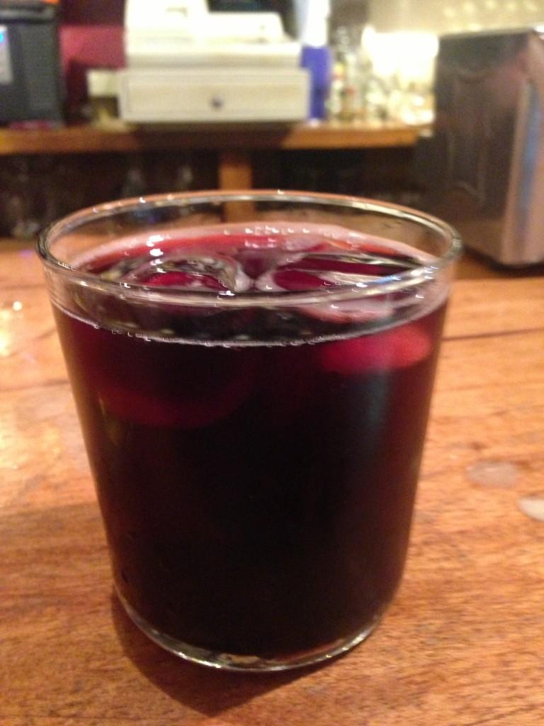 O kalimotxo, bebida típica para acompanhar a noite (Foto Eduardo Gregori)