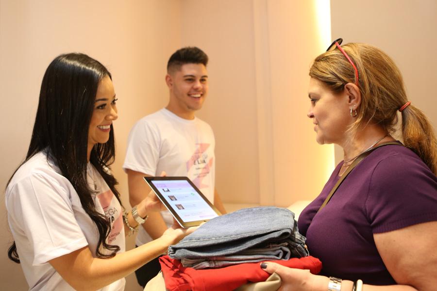 Consumidor recebe vouchers de descontos nas lojas participantes em troca da peça doada   Foto: Divulgação/Tatiana Ferro