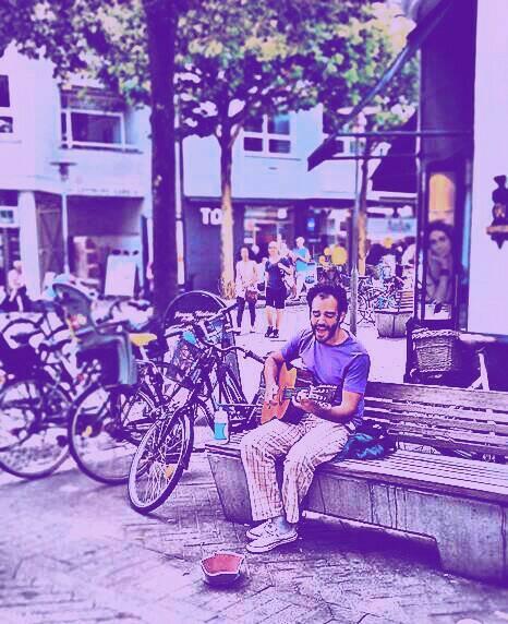2011: Odense, Dinamarca. Com um violão emprestado, tocando nas ruas da ilha de Fyn, juntando as moedas pro Takamine (Foto Arquivo Pessoal)
