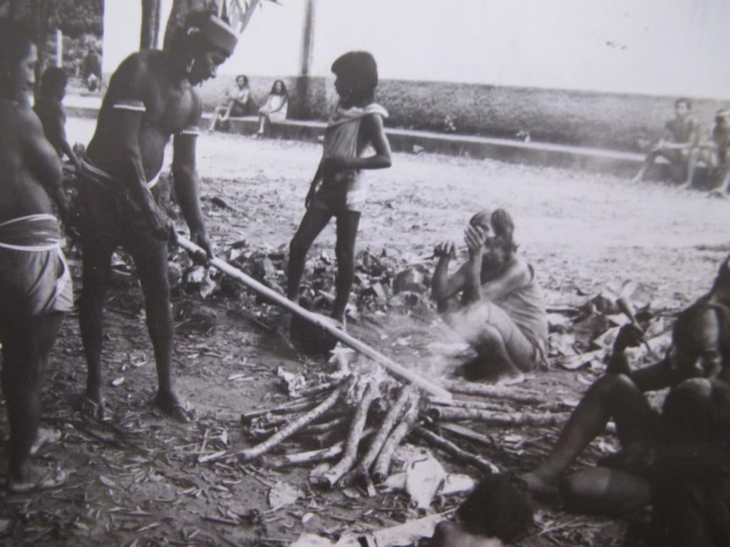 Indígenas presentes no I Encontro dos Povos Indígenas do Xingu, em Altamira, em 1989, reproduziram aspectos de seu modo de vida do lado de fora do local onde o evento  estava sendo realizado: a defesa das raízes da cultura brasileira  (Foto José Pedro Soares Martins)