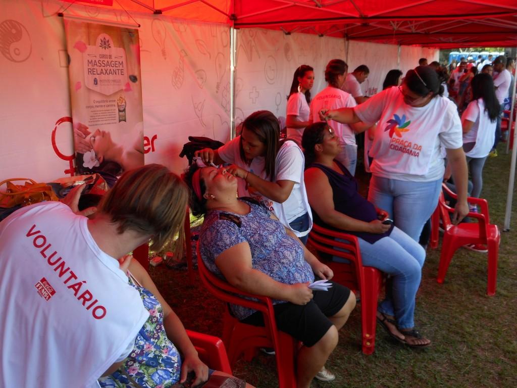 Voluntários atendem a comunidade (Foto Divulgação)