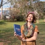 Juliana Sangion e o livro publicado pela Traçado Editorial (Foto Divulgação)