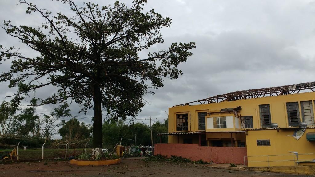 Cobertura do Educandário Eurípedes foi praticamente toda destruída com microexplosões (Foto José Pedro Martins)
