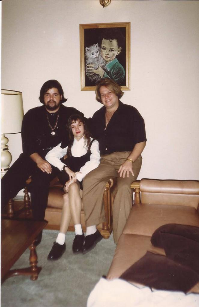 Dark: Roupas pretas e cabelo grande, nos anos 1980, com os amigos Rogéria e Rogério, em BH (Foto Acervo Pessoal)